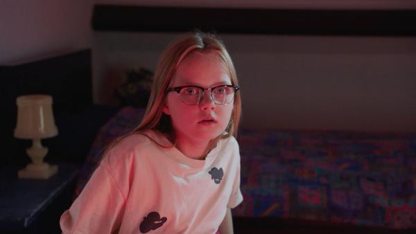 Floor (Bobbie Mulder) sieht Daphne's Mutter als bösartige Frau in ihren Träumen. | Rechte: NDR/NL Film