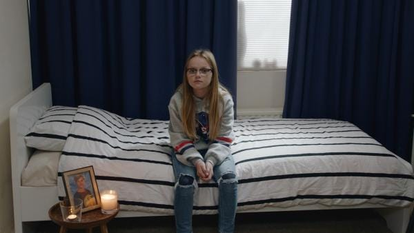 Floor (Bobbie Mulder) erzählt den Interessenten, dass dies das Zimmer ihres toten Bruders ist, der immer noch durch das Haus spukt. | Rechte: NDR/NL Film