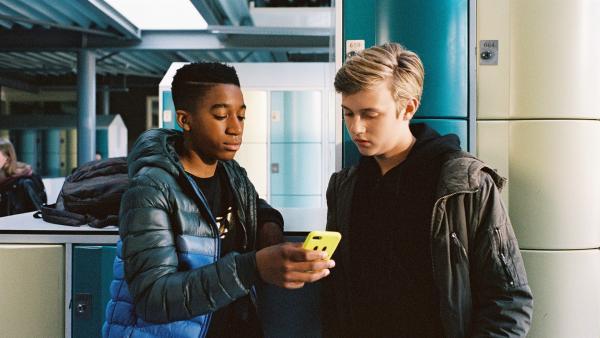 Jeroen (Genisis Akesson, li.) und Kees (Ole Kroes, re.) schauen einen Vlog an. | Rechte: NDR/NL Film/Maurice Trouwborst
