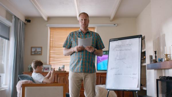Floors Vater Jan (Ferdi Stofmeel) übt seine Präsentation für den Karrieretag in ihrer Schule. | Rechte: NDR/NL Film