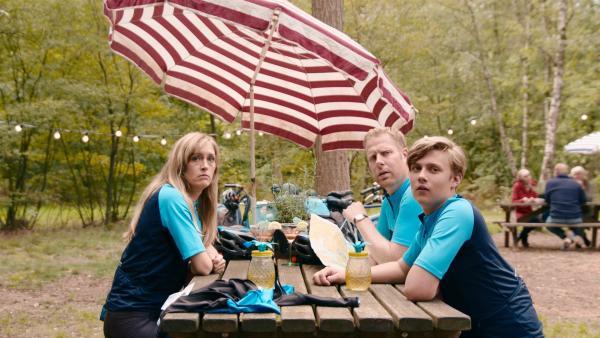 Mutter Irma (Elisa Beuger, li.), Vater Jan (Ferdi Stofmeel, Mi.) und Bruder Kees (Ole Kroes, re.) ruhen sich von ihrer Radtour aus. | Rechte: NDR/NL Film