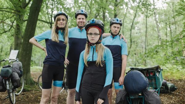 Floor (Bobbie Mulder) und ihre Familie während ihres Fahrradurlaubs. | Rechte: NDR/NL Film/Maurice Trouwborst