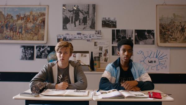 Kees (Ole Kroes, li.) und Jeroen (Genesis Akesson, re.) beim Geschichtsunterricht. | Rechte: NDR/NL Film