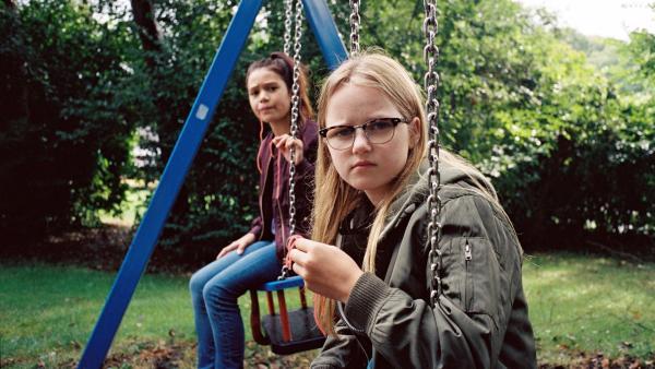 Floor (Bobbie Mulder) beobachtet ein Mädchen mit Kleidung und Spielsachen, die ihr sehr bekannt vorkommen.   Rechte: NDR/NL Film/Maurice Trouwborst