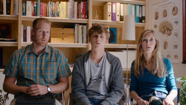 Jan (Ferdi Stofmeel, li.) und Irma (Elisa Beuger, re.) bringen Kees (Ole Kroes, Mi.) wegen seiner Spielsucht zu einem Therapeuten. | Rechte: NDR/NL Film