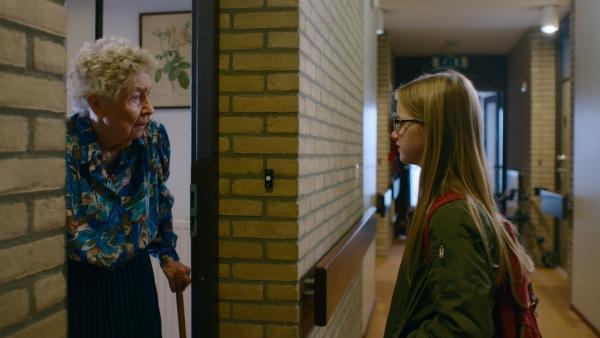 Floor (Bobbie Mulder) besucht Großmutter Loes (Coby Timp) mit ihrem Schulzeugnis. | Rechte: NDR/NL Film