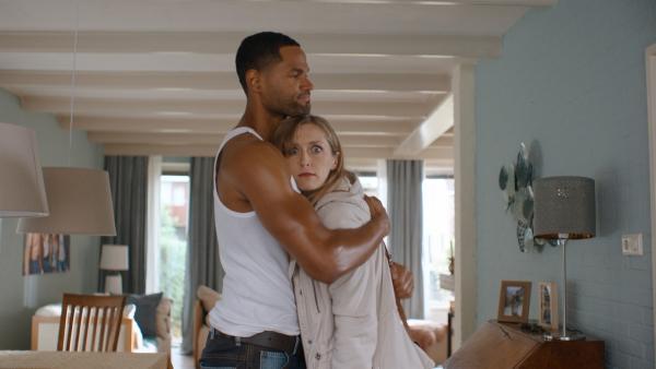 Irma (Elisa Beuger) mit dem Fensterputzer (Davy Eduard King), den Floor eingestellt hat, damit Irma sich in ihn verliebt.   Rechte: NDR/NL Film