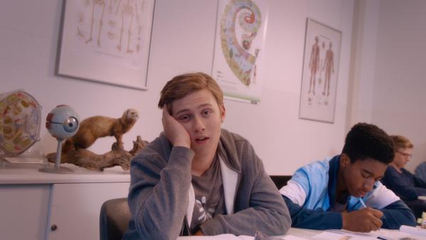 Kees (Ole Kroes) ist total in seine Klassenkameradin verliebt. | Rechte: NDR/NL Film