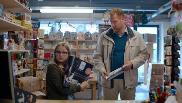 Floor (Bobbie Mulder) braucht nur noch das Einhorn, um ihr Stickerbuch zu vervollständigen. | Rechte: NDR/NL Film
