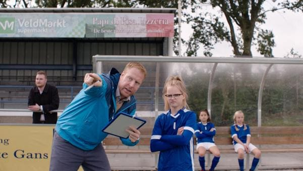 Vater Jan (Ferdi Stofmeel) wird zum Fanatiker, als er die Fußballmannschaft von Floor (Bobbie Mulder) trainiert.   Rechte: NDR/NL Film