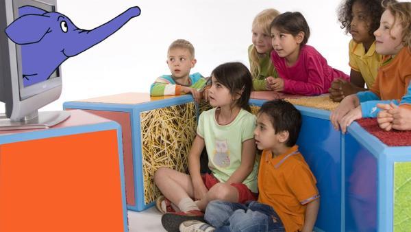 Fröhlich trompetend leitet der kleine, blaue Elefant durch seine Sendung, die sich speziell an Drei- bis Fünfjährige richtet. In dem neuen Unterhaltungsmagazin zum Staunen, Entdecken, Lachen und Mitmachen dreht sich alles um die Welt der Vorschulkinder. | Rechte: WDR/Herby Sachs (M, Bergstein, Fußwinkel)