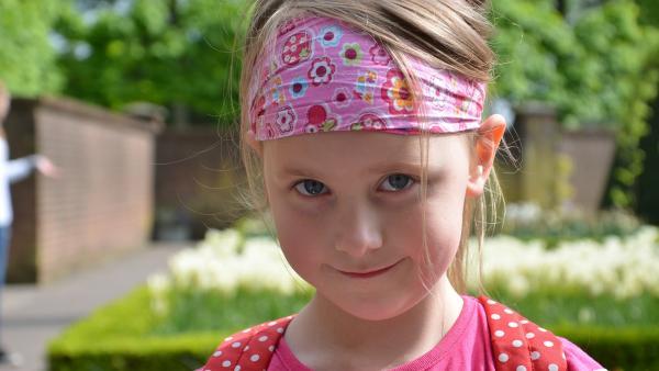 Hanne ist sechs Jahre alt und hat im Fernsehen einen Bericht über Flüchtlinge gesehen. Sie sind in Deutschland zwar in Sicherheit, doch mangelt es ihnen an vielen Dingen. Deshalb will Hanne helfen. Durch den Verkauf von selbstgebackenen Keksen und selbstgemachten Basteleien sammelt sie viel Geld für die Kinder eines Flüchtlingsheims. | Rechte: WDR/Beate Maaßen