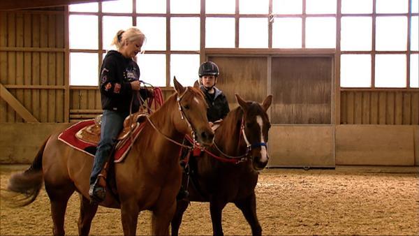 Philipp zeigt, wie man zum Beispiel Trab reitet oder das Pferd rückwärts gehen lässt. | Rechte: WDR
