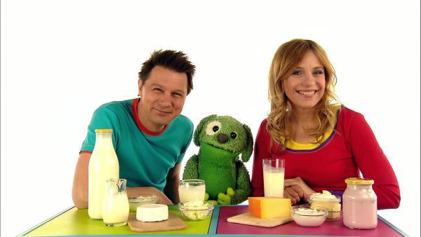 André und Tanja zeigen Knolle, welche Lebensmittel aus Milch gemacht werden. | Rechte: WDR