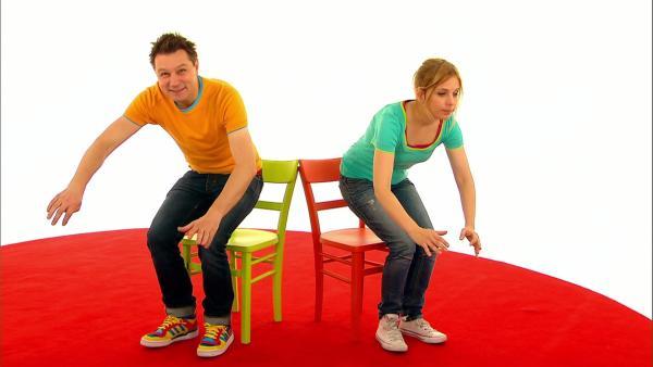 Tanja und André spielen ein Spiel. Wer von den beiden kann sich wohl am langsamsten hinsetzen? | Rechte: WDR
