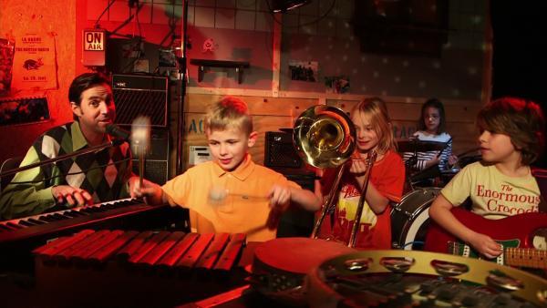 David und Red machen mit Kindern Musik, natürlich auf Englisch. | Rechte: WDR
