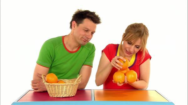 Tanja und André testen, wie viele Orangen in eine Hand passen. | Rechte: WDR