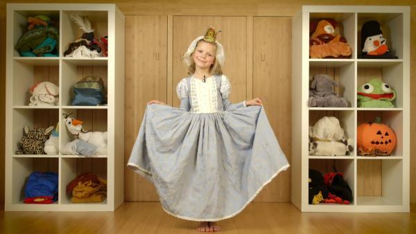 In einem Kinderportrait verkleidet sich Olivia und stellt ihre vielen tollen Kostüme vor - hier als Burgfräulein. | Rechte: WDR