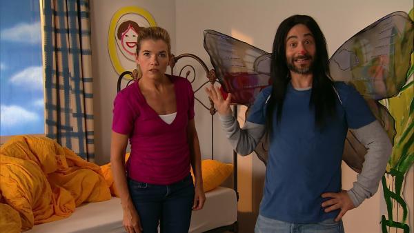 Anke hat einen verrückten Traum: Denis fliegt als japanischer Schmetterling durch ihr Zimmer. Oder war das etwa gar kein Traum? | Rechte: WDR