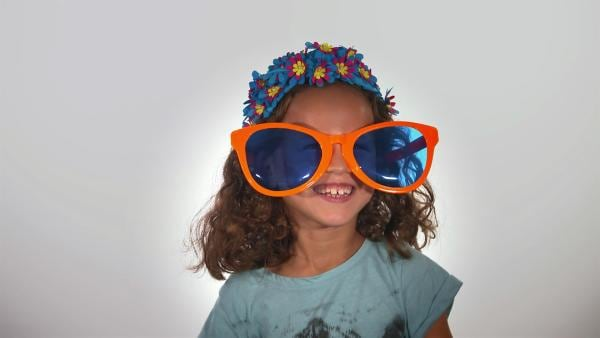 Kinder probieren aus, wie man sich mit Hüten und Brillen lustig verkleiden kann. | Rechte: WDR