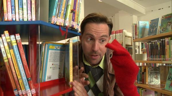 Charlie und Lola möchten in der Bücherei ihr Lieblingsbuch über Insekten ausleihen. | Rechte: WDR