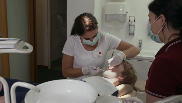 Mattes geht zum Zahnarzt. Dabei werden seine Milchzähne gezählt und kontrolliert. | Rechte: WDR
