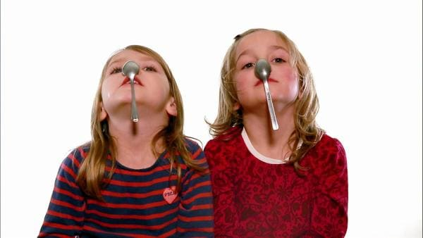 Kinder kleben Löffel an ihre Nasen und sehen dabei ganz schön lustig aus. | Rechte: WDR
