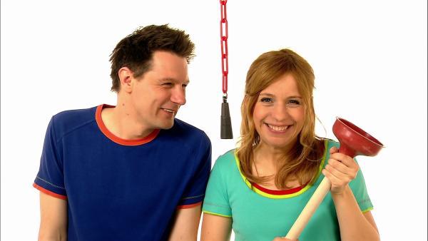 Tanja und André erklären, was man mit diesem merkwürdigen Gegenstand macht. | Rechte: WDR