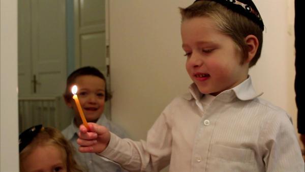 Shmuel feiert mit seiner Familie Chanukka. Dabei erklären sie die Besonderheiten dieses jüdischen Festes. | Rechte: WDR