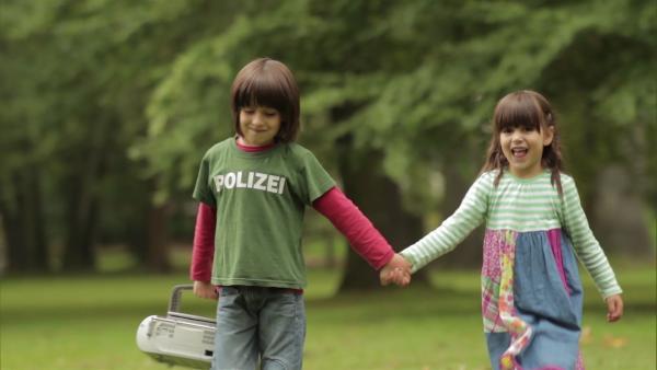 Matteo tanzt sehr gerne und zeigt mit seiner Schwester Mila, wie gut er das kann. | Rechte: WDR