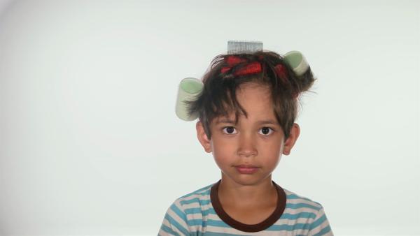 Viele verschiedene Kinder probieren aus, was mit den Haaren alles machen kann. | Rechte: WDR