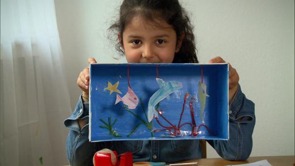 Fatma Naz besucht ein großes Aquarium und bastelt danach zuhause ihr eigenes. | Rechte: WDR