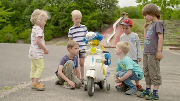 Biene ist mit dem Motorroller in Köln unterwegs. | Rechte: WDR
