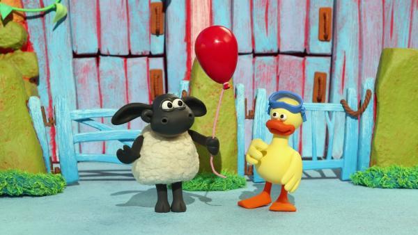 Timmy spielt mit Ente Yabbas rotem Luftballon.   Rechte: WDR