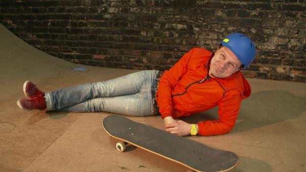 André ist auf einem Skateboard unterwegs und zeigt was er damit alles machen kann. | Rechte: WDR