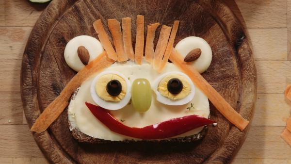 Olivia findet ihre Scheibe Brot viel zu langweilig und erfindet deshalb lustige Brotgesichter. | Rechte: WDR