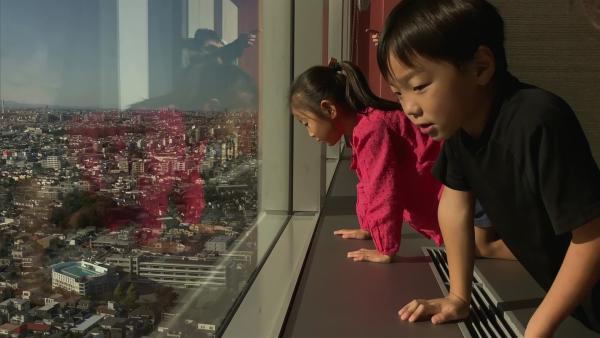 Von einem Hochhaus haben Machiko und ihr Bruder einen tollen Blick über ganz Tokyo. | Rechte: WDR