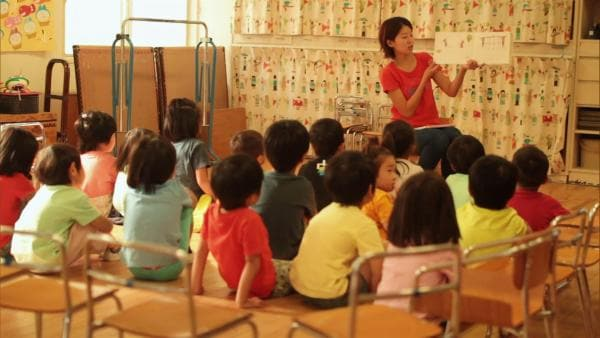 """In der """"Sendung mit dem Elefanten"""" geht es heute nach Japan. Wir besuchen Machiko und ihre Familie in Tokyo. Im Kindergarten spielt Machiko mit ihren Freunden und erlebt etwas Außergewöhnliches: eine Erdbebenübung!   Rechte: WDR"""