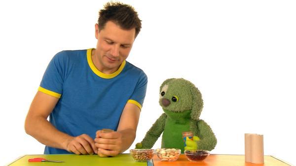 André und Knolle basteln eine Bohnenrassel und machen damit Musik. | Rechte: WDR
