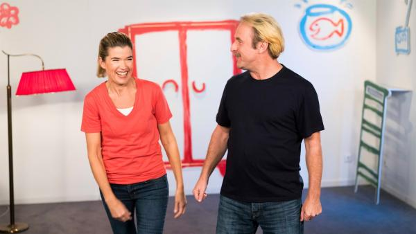Anke Engelke und Bjarne Mädel zeigen sich gegenseitig, wer besser jonglieren kann. Das ist ganz schön witzig! | Rechte: WDR/Ben Knabe