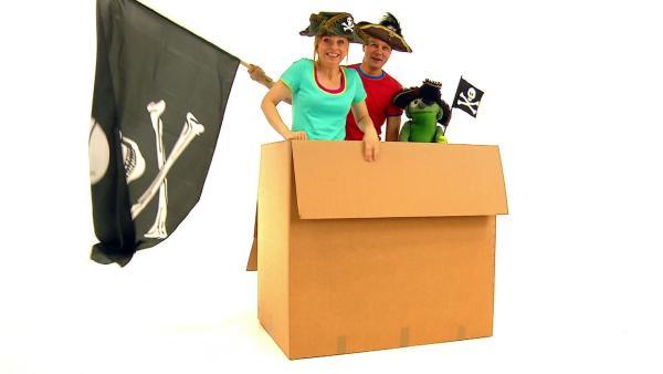 Tanja, André und Knolle in ihrem selbstgebauten Piratenboot. Harr! | Rechte: WDR