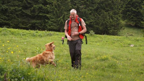 Lawinenhündin Chilli soll lernen, eine Fährte aufzunehmen, um Vermisste aufzuspüren. | Rechte: WDR