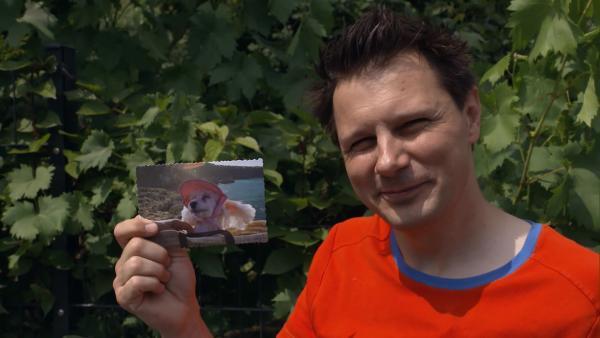 André bekommt von Knolle den Auftrag eine Postkarte in den Briefkasten zu werfen – allerdings mit verbundenen Augen. | Rechte: WDR