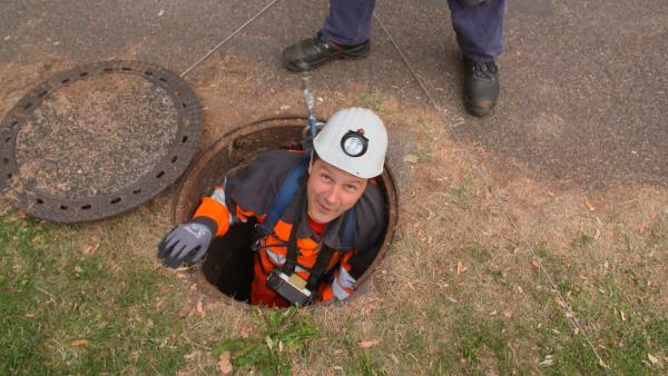 André möchte herausfinden, wo das Wasser hinfließt, wenn man es oben in den Gulli gießt. Was er auf seinen Weg durch die unterirdischen Kanäle wohl entdeckt? | Rechte: WDR