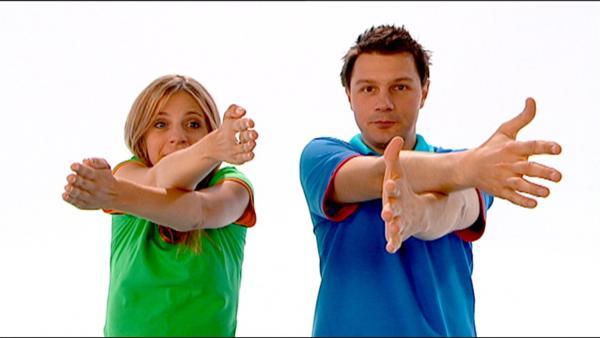 Tanja und André spielen ein Spiel, bei dem sie ihre Finger kreuzen. | Rechte: WDR