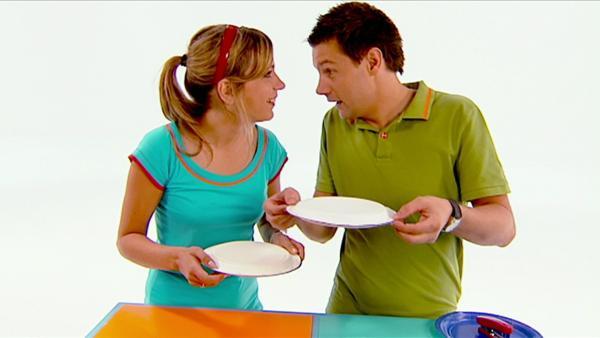 Tanja und André basteln aus einfachen Papptellern tolle Rasseln. | Rechte: WDR
