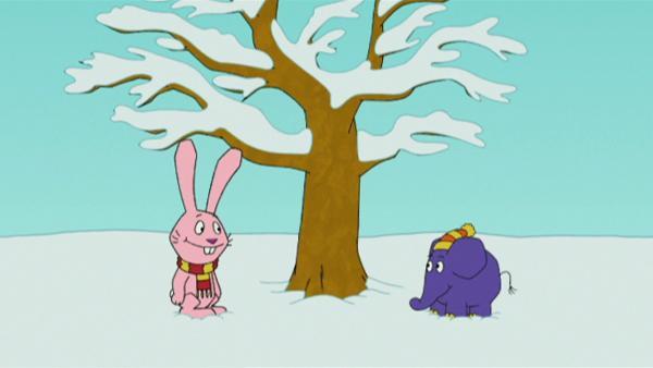 Hase und Elefant haben Spaß im Schnee. | Rechte: WDR