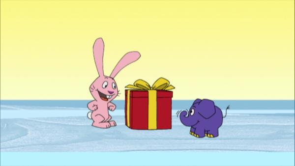 Hase und Elefant bestaunen ein schön verpacktes Geschenk. | Rechte: WDR