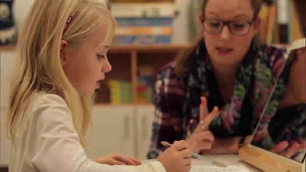 Nele ist zu Besuch bei der Logopädin. Dort lernt sie auch schwierige Laute richtig auszusprechen. | Rechte: WDR