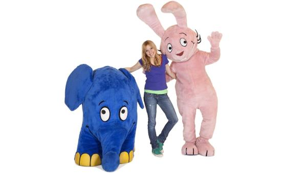 Tanja Mairhofer mit Hase und Elefant | Rechte: WDR/Annika Fußwinkel